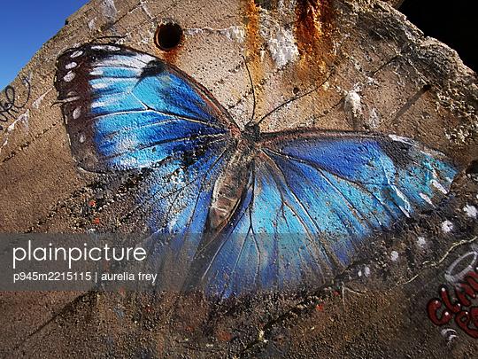Blauer Schmetterling, Malerei auf Bunker, Atlantikküste - p945m2215115 von aurelia frey