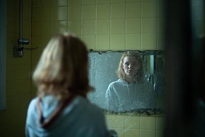 Frau im Spiegel - p1321m2182597 von Gordon Spooner