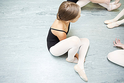 Ballerina sitting on floor - p9245519f by Image Source