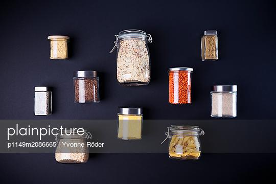 Lebensmittel in Vorratsgläsern - p1149m2086665 von Yvonne Röder