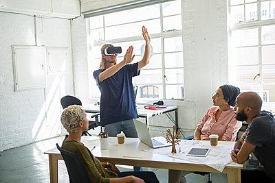 Mann mit VR Brille - p1156m1572718 von miep