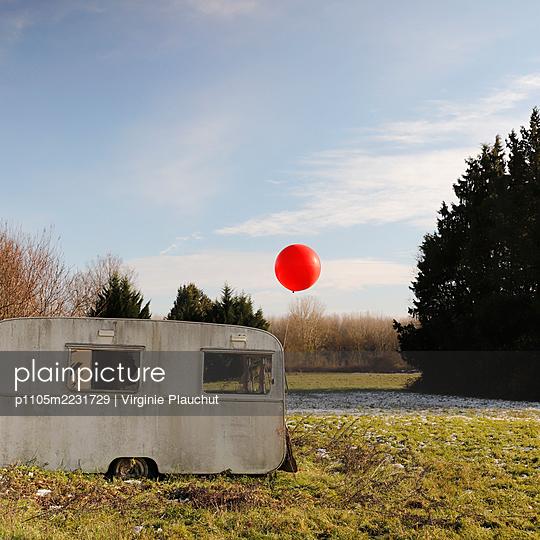 Red balloon - p1105m2231729 by Virginie Plauchut