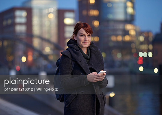 Frau mit Smartphone in der Hafencity - p1124m1216812 von Willing-Holtz