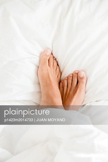 Füße im Bett - p1423m2014733 von JUAN MOYANO