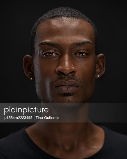 African man, portrait - p1554m2223495 by Tina Gutierrez
