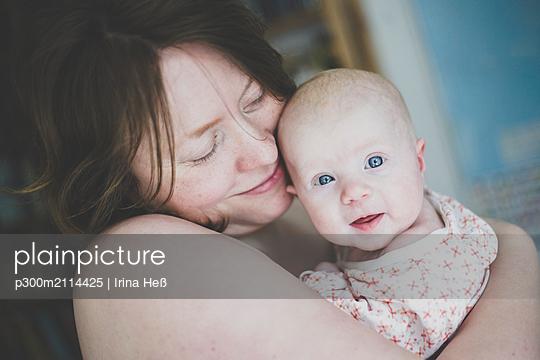 Happy mother holding her baby daughter - p300m2114425 von Irina Heß
