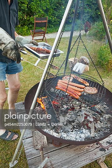 Barbecue in the garden - p454m2293079 by Lubitz + Dorner