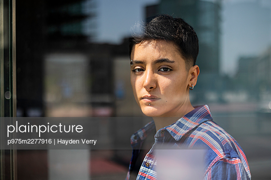 Young woman with short hair, portrait - p975m2277916 by Hayden Verry