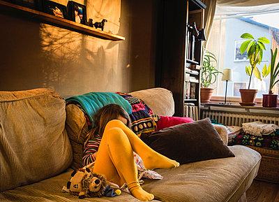 Little girl in couch - p1418m1591272 by Jan Håkan Dahlström