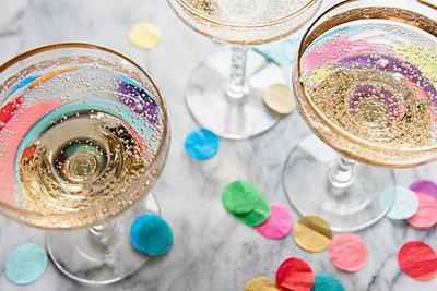 Confetti near glasses of champagne - p555m1491660 by JGI/Jamie Grill