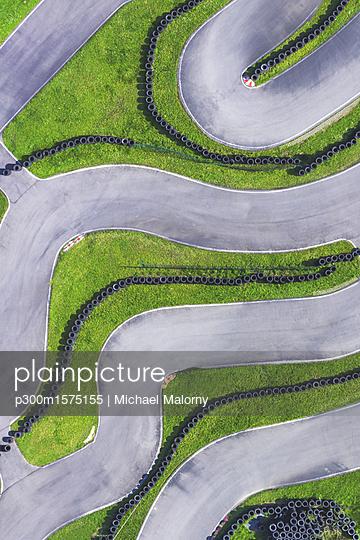 Aerial view of go-kart track - p300m1575155 von Michael Malorny