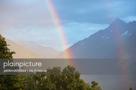 Gewitter mit Regenbogen in den Bergen - p606m2015664 von Iris Friedrich