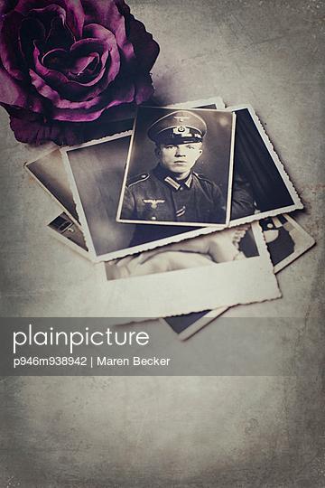 Stapel alter Fotos eines jungen Soldaten - p946m938942 von Maren Becker