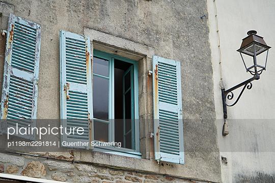 Altes Fenster mit Fensterladen - p1198m2291814 von Guenther Schwering