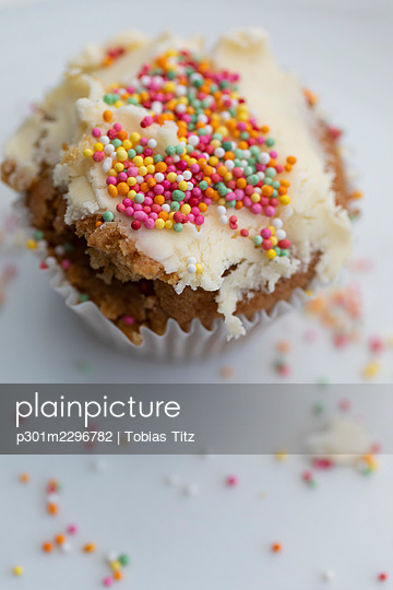 Close up sprinkles on frosted cupcake - p301m2296782 by Tobias Titz