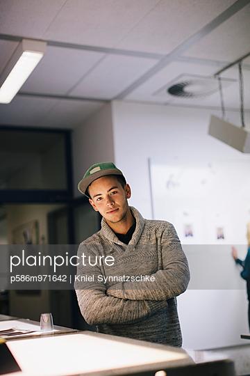 Junger Mann an einem Leuchttisch - p586m971642 von Kniel Synnatzschke