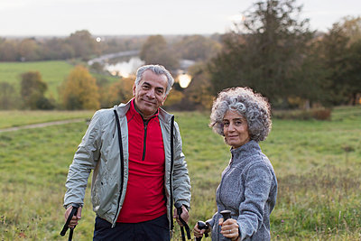 Portrait confident active senior couple hiking in rural field - p1023m1583904 by Tom Merton