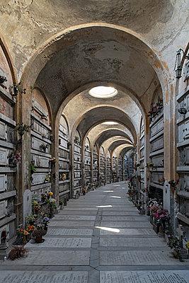 Urn graves, Cimitero monumentale di Staglieno, Genua - p1292m2210222 by Niels Schubert