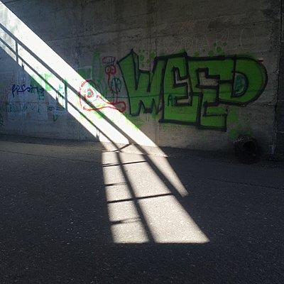 Graffiti auf der Betonwand einer Unterführung - p1401m2260488 von Jens Goldbeck