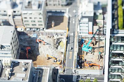Tilt-shift bird's eye view of building construction work, Tokyo, Japan - p307m1174657 by Takuji Wako