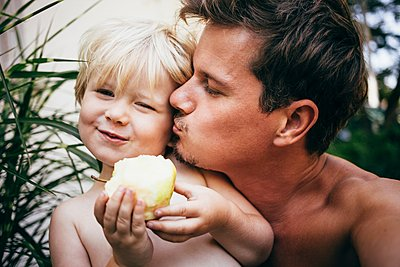 Head and shoulders of father kissing son on cheek, Bludenz, Vorarlberg, Austria - p429m1105745 by JFCreatives