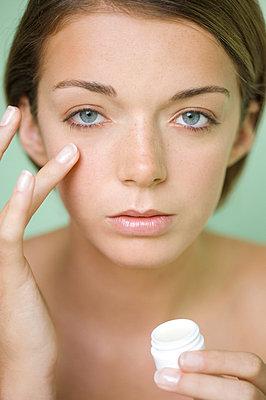 Woman applying moisturizer - p6690059 by Jutta Klee photography