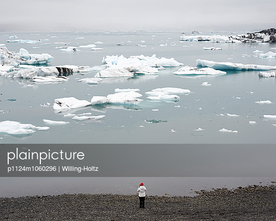 Touristin an Gletschersee - p1124m1060296 von Willing-Holtz