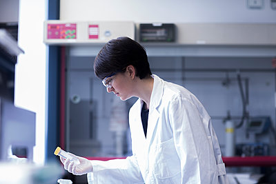 Female laboratory technician working in a laboratory - p300m2156650 by Sigrid Gombert