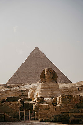 Egypt, Cairo, Great Pyramid of Giza and Great Sphinx of Giza - p300m2267097 by letizia haessig photography