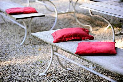 Rote Sitzkissen - p949m856274 von Frauke Schumann
