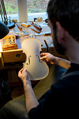 Geigenbauer bearbeitet einen neuen Geigenkorpus - p1212m1203287 von harry + lidy