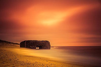 Alter Bunker an der Atlantikküste - p248m2147897 von BY