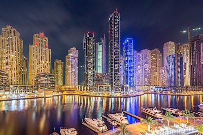 UAE, Dubai, view to Dubai Marina at night - p300m1052937f by Stefan Kunert
