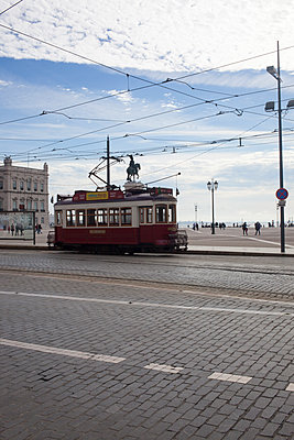 Tram in Lissabon - p304m1137459 von R. Wolf