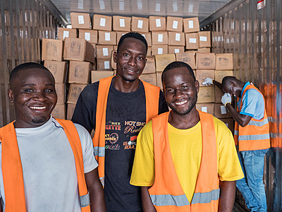 Warehouse workers loading a refrigerated truck - p390m2032045 by Frank Herfort