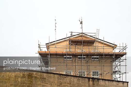 Gerüst an einem Gebäude - p1057m1216960 von Stephen Shepherd