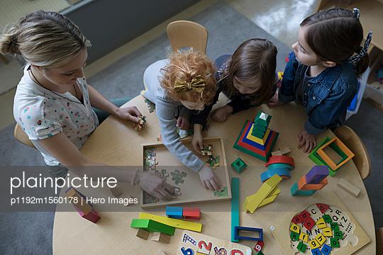 plainpicture - plainpicture p1192m1560178 - Preschool teacher and girl ... - plainpicture/Hero Images