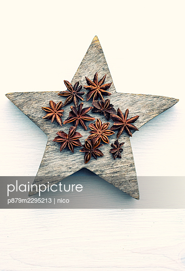 Star anise placed on wooden star - p879m2295213 by nico