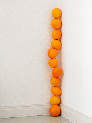 Orangen gestapelt - p1008m1462476 von Valerie Schmidt