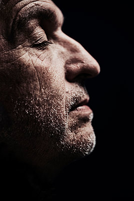 Mature man with closed eyes in profile, portrait - p1312m2237630 by Axel Killian