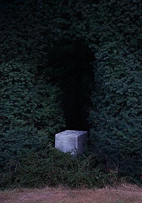 Verlassener Sockel in Skulptur Garten - p1504m2022479 von Jenny Bewer
