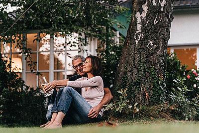 Reifes Paar entspannt im Garten - p586m1178445 von Kniel Synnatzschke