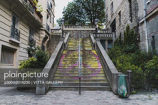 France, Paris, peace sign on stairs in the district Montmartre - p300m2016230 von VITTA GALLERY