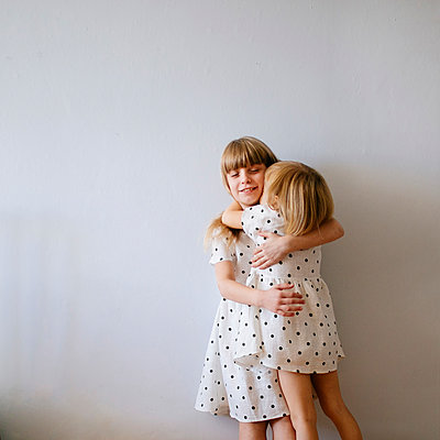 two girls hugging - p1414m2044850 by Dasha Pears