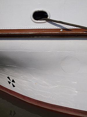 weisser schiffsrumpf mit kluese - p627m671157 by Hendrik Rauch