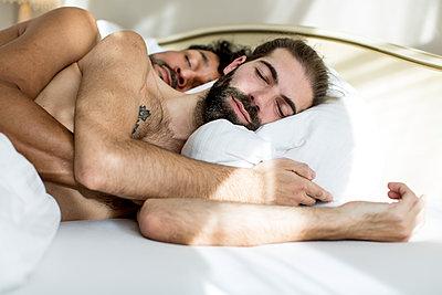Schlafendes schwules Paar im Bett - p787m2115259 von Forster-Martin