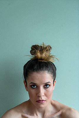 Young woman with pinned-up hair - p427m2063113 by Ralf Mohr