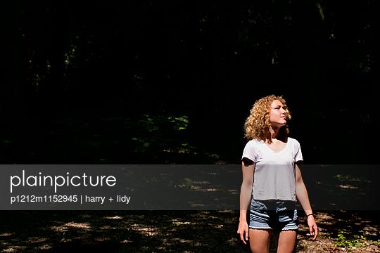 Mädchen auf der Lichtung im Wald - p1212m1152945 von harry + lidy