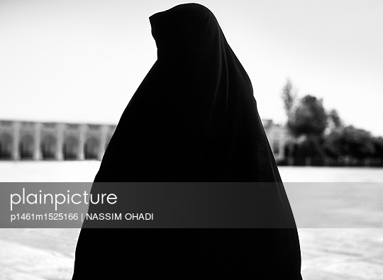 Frau im Tschador - p1461m1525166 von NASSIM OHADI