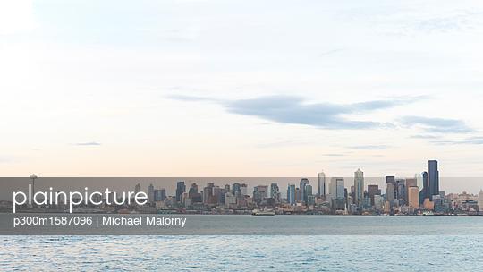 USA, Washington State, Seattle, Skyline in the evening - p300m1587096 von Michael Malorny